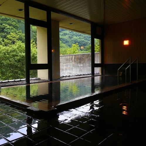 【内湯】渓谷の緑が気持ちいい、夏の男性大浴場