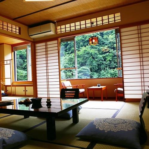 【10畳+6畳次の間】山の緑と畳の香りが心地よい和室