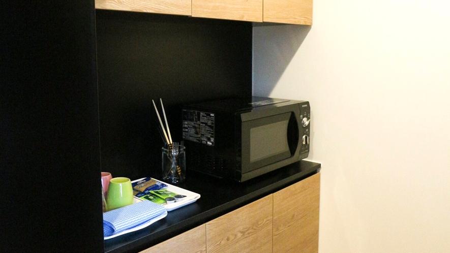【リビング棟】電子レンジ、冷蔵庫も設置している便利なご滞在を!