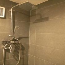 【シャワー】バスはございませんが全寝室棟にシャワー備え付けております。