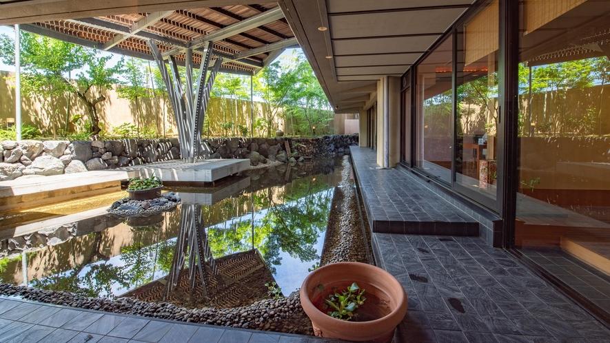 池のある中庭