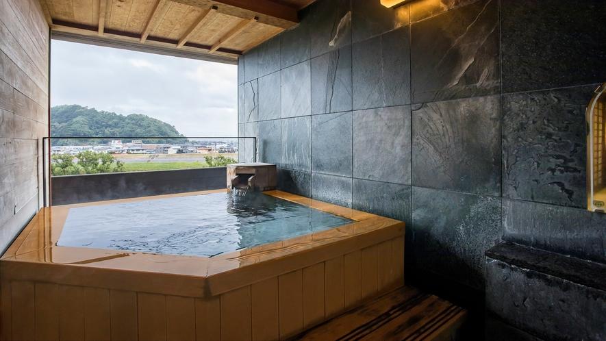 源泉かけ流し露天風呂からは富士山を望めます(露天風呂付客室 富士山ビュー)