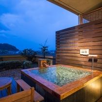 夜の「デラックス露天風呂付ダブル+富士を望むテラス」