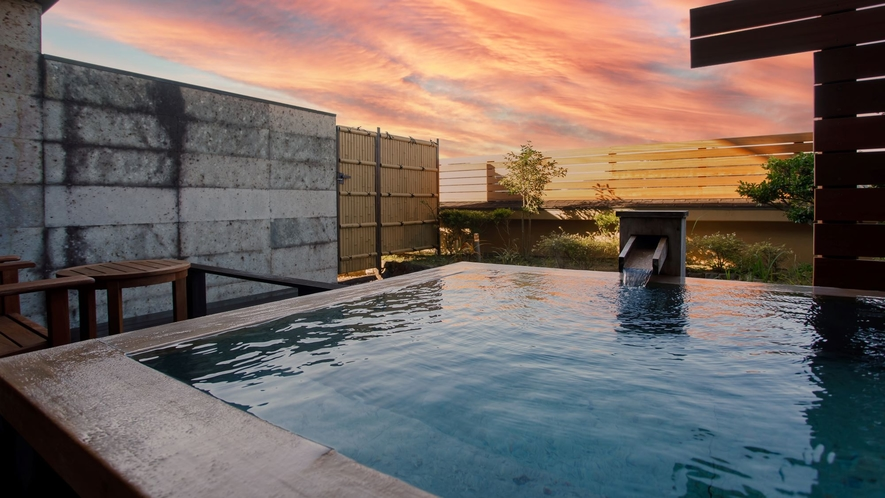 源泉かけ流し露天風呂のある富士を望むテラスからの夕景(デラックス露天風呂付ツイン33平米)