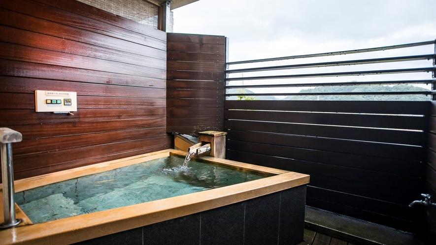 源泉かけ流し露天風呂からは富士山を望めます(露天風呂付客室富士山ビュー広々空間)