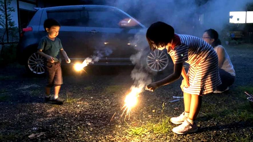 夏は、庭で花火をする姿も♪
