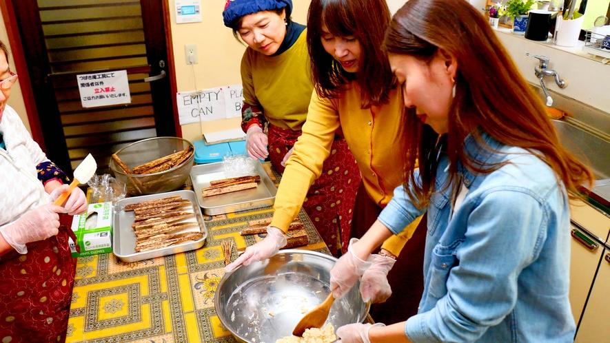 【体験】さまざまな郷土料理作り体験もできます。写真は、ゆべし作り。