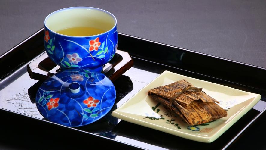 お出迎えのお茶と手作りのお菓子(ゆべし)をお召し上がりくださいませ