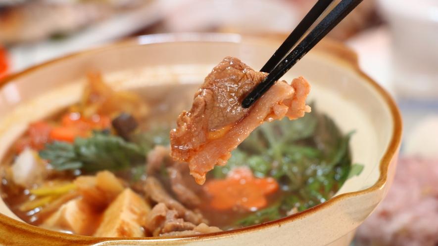 夕食 ホクホクのしし鍋。赤味噌と白味噌をブレンドしています