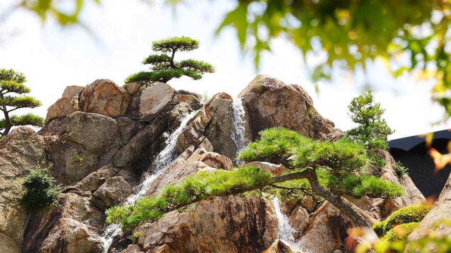 """パワースポットとしても人気""""自然岩盤からなる滝山"""""""