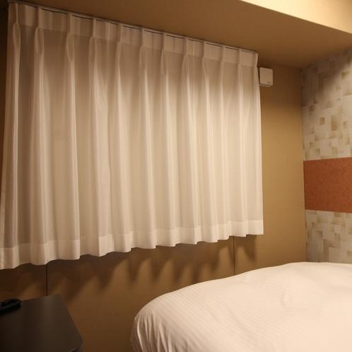 東側の客室は遮音カーテン・防音ガラスにて防音対策をしております。