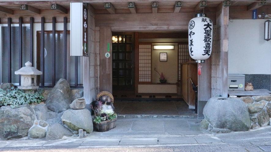 *【玄関】参道すぐ!趣のある純和風旅館です