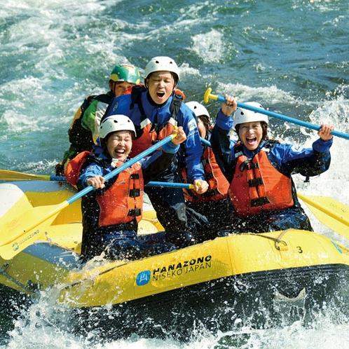 *ラフティング/ラバーボートに乗ってガイドの指揮の下、仲間とタイミングを合わせて激流下り!