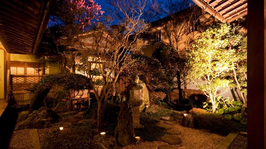 *【中庭】庭師が手入れした中庭。縁側に座ってのんびりお寛ぎください