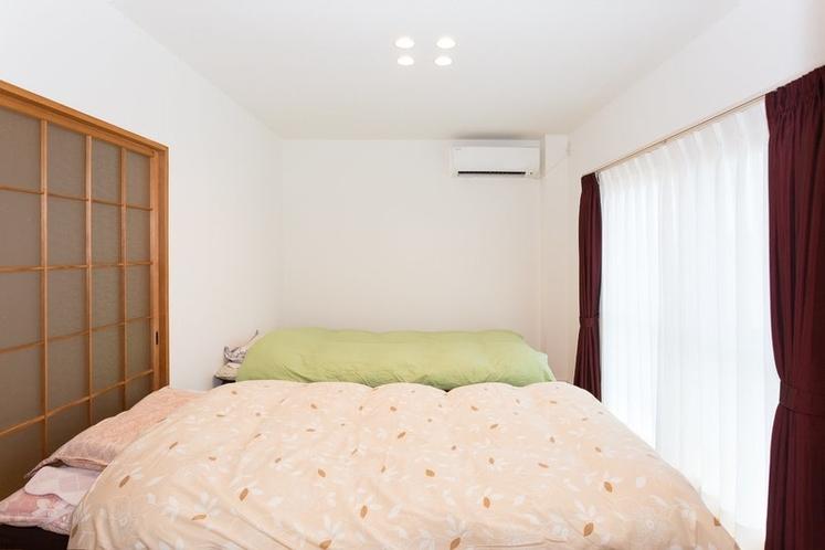 寝具はベッド(2台),3名以上の場合は布団になります