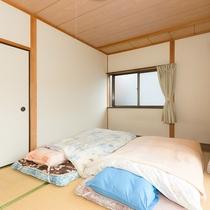寝具はベッド2つ+布団になります