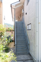 お部屋は2Fで階段で上がります