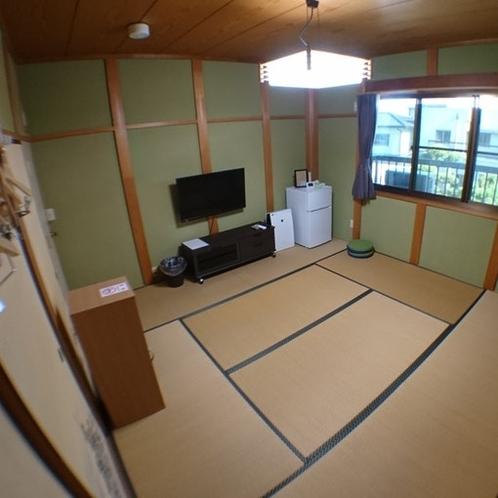 Room 4 備品 テレビ・2ドア冷蔵庫・金庫・空気清浄器・ネストテーブル・懐中電灯・目覚まし時計