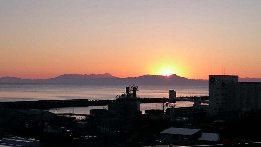 知床連峰から昇る朝日