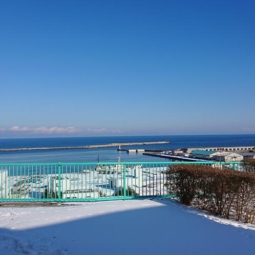 海と空のコントラストが鮮やか