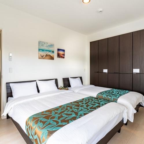 寝室②ダブルベッド、シングルベッド完備。