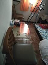 お部屋は狭いけど、BED.テーブル椅子。服かけ