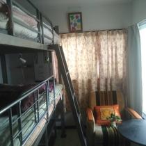 203号室、二段ベットとテーブル椅子2つ