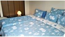 ベッドルーム1です。ダブルベッド1台+シングルベッド1台です。