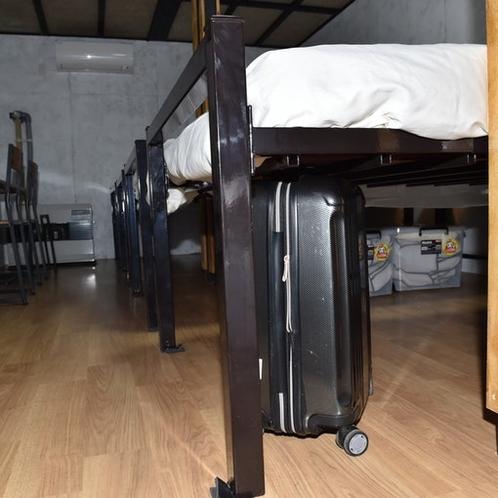 ベッド下にスーツケースが入ります