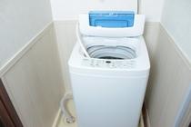室内に洗濯機があります。