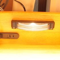 ベッドサイドにコンセント、ライトがあるので便利です☆