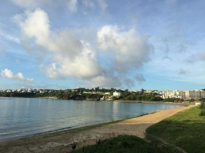 朝日を浴びながらビーチの散歩