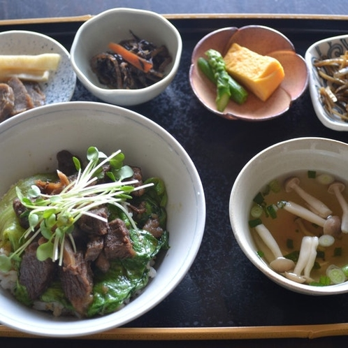 牛すじ丼(カフェさくら亭)