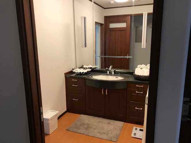 大きい鏡の洗面所