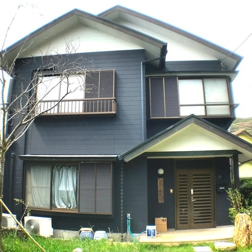 シックな墨色に塗られた建物が特徴です。