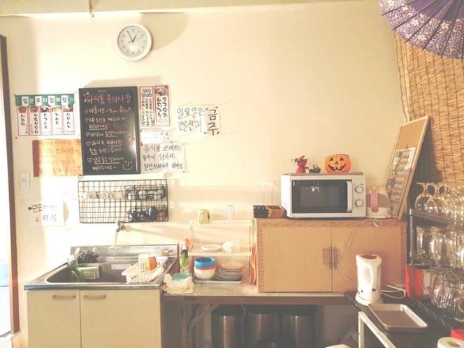 共有スペースに流し、電子レンジ、冷蔵庫、浄水器あり。