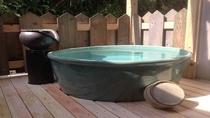 男性用露天風呂常滑焼の湯船