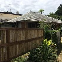 竹の生垣が目印の白屋根の古民家