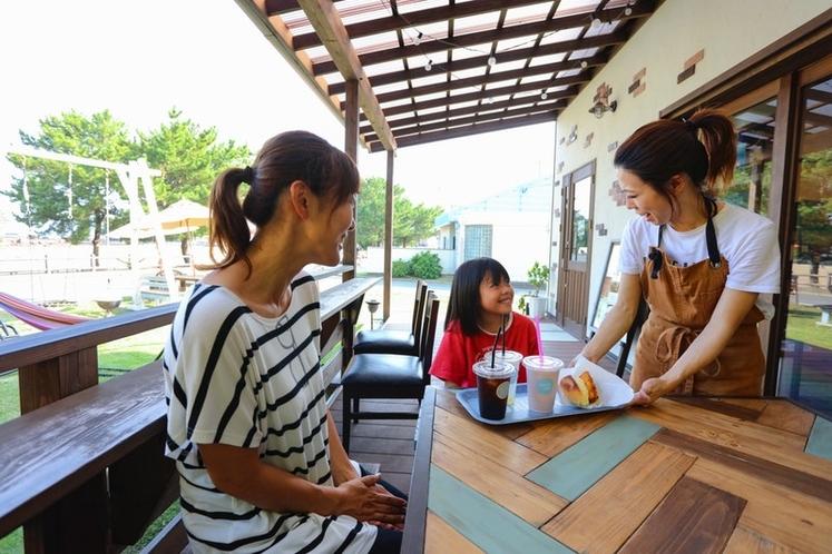 家族で経営するカフェなど。 どのお店も地元の方々が運営しており、垢抜けないどこか日本の原風景を感じさ
