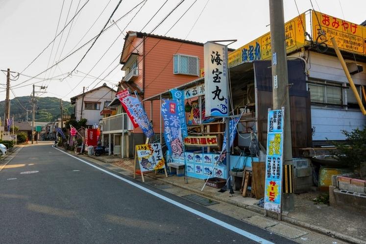 宗像大島のフェリー乗り場に近い港町には、島ならではの飲食店があります。まずは、店主が漁師で、漁で獲っ
