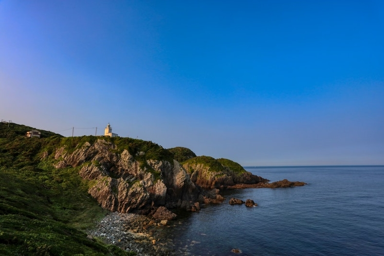 宿の目の前には灯台と海