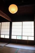 縁側に出れる大きな和室の寝室。