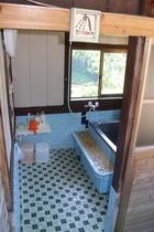 昔ながらのカワイイタイル風呂!