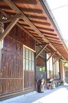 アメリカ人大工の旦那の自慢の竹壁でお出迎え!