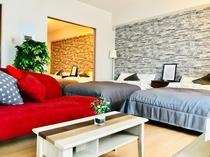 お洒落な真っ赤なソファがあるリビング
