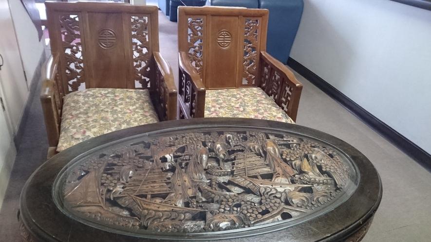 ロビーの彫り込みテーブル