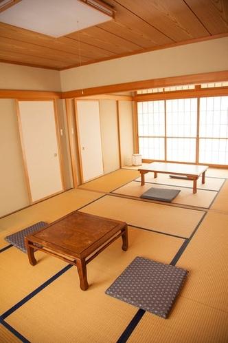 夕食、朝食は和室で提供します