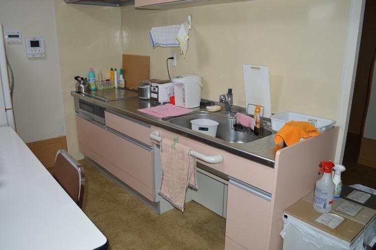 共用キッチン。調理器具、食器付き。