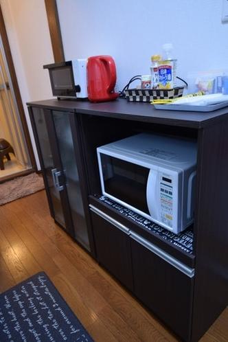 電子レンジ、トースター、電気ケトル、食器類