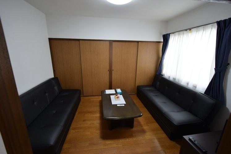 ソファーベット2台のリビングルーム